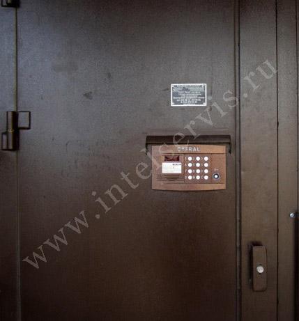 установка железной двери в подъезд с домофоном